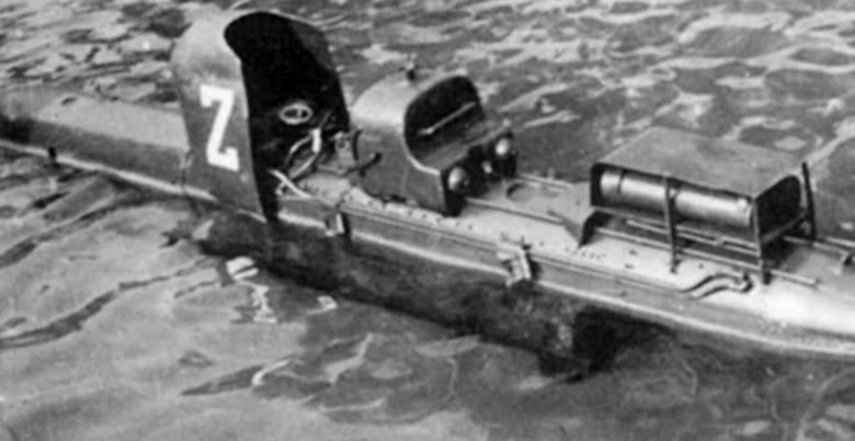 """Na zdjęciu włoska """"żywa torpeda"""" Maiale (świnia""""). Misje z jej wykorzystaniem nie miały charakteru samobójczego, pilot nurek miał za zadanie nakierować ją na cel, a samemu się ewakuować"""