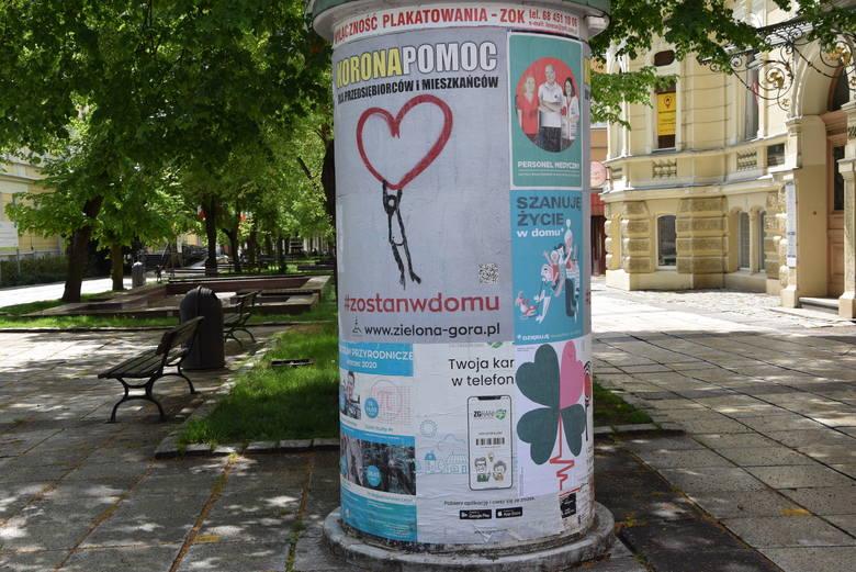 Plakaty wspierające medyków, ale też zachęcające do zostania w domu, można zobaczyć w wielu punktach Zielonej Góry.