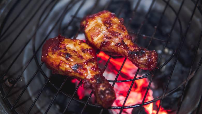 Pośpiech nie sprzyja zdrowemu grillowaniu – zanim wrzucisz jedzenie na ruszt, dokładnie wypal węgle, by przestały się dymić, tylko się żarzyły. W tym