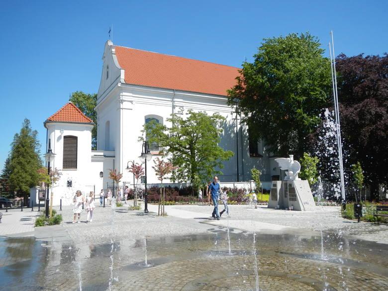 Plac Jana Pawła II (dawny Rynek) w Więcborku i kościół parafialny zbudowany w latach 1772-1778 w stylu rokokowym Plaża miejska czeka na spragnionych słońca plażowiczów.