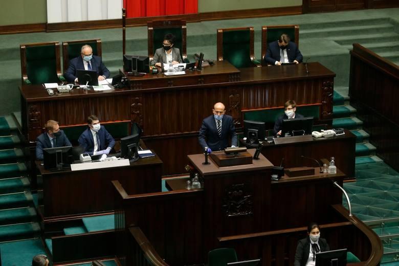 """Testy na koronawirusa dla służby zdrowia odrzucone głosami PiS. Borys Budka: """"To kpina z Polaków"""""""