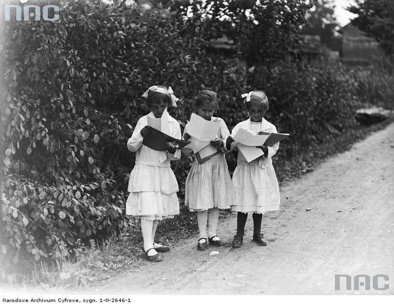 Dziewczynki ze świadectwami szkolnymi.