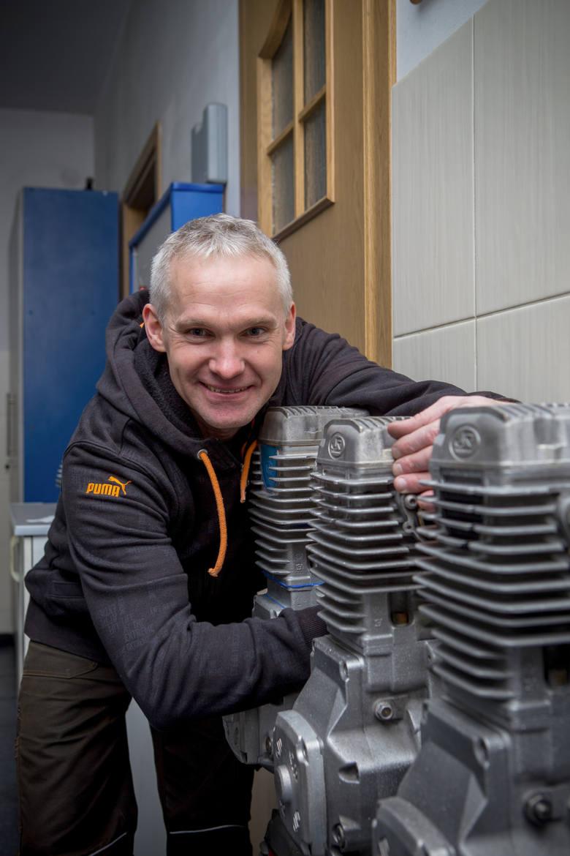 W ostatnim czasie udzielał się jako mechanik, przygotowując silniki dla swoich młodszych kolegów