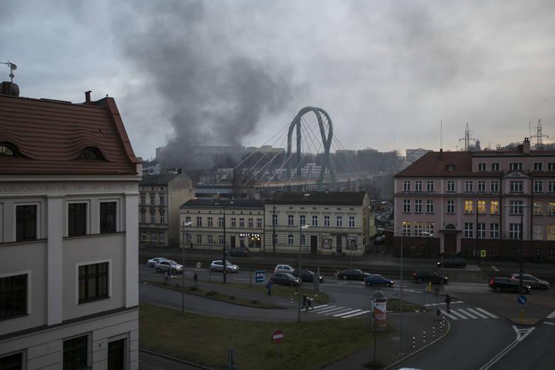 Ogien zauważono na terenie pomiędzy Kujawsko-Pomorską Szkołą Wyższą a kompleksem mieszkaniowym Arkada Park.Dyżurny stanowiska kierowania Komendy Miejskiej