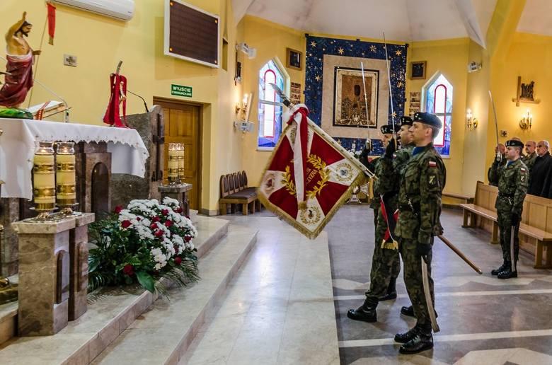 W uroczystościach uczestniczyli żołnierze i pracownicy wojska Dowództwa 11DKPanc, delegacje jednostek wojskowych garnizonu Żagań, władze samorządowe,