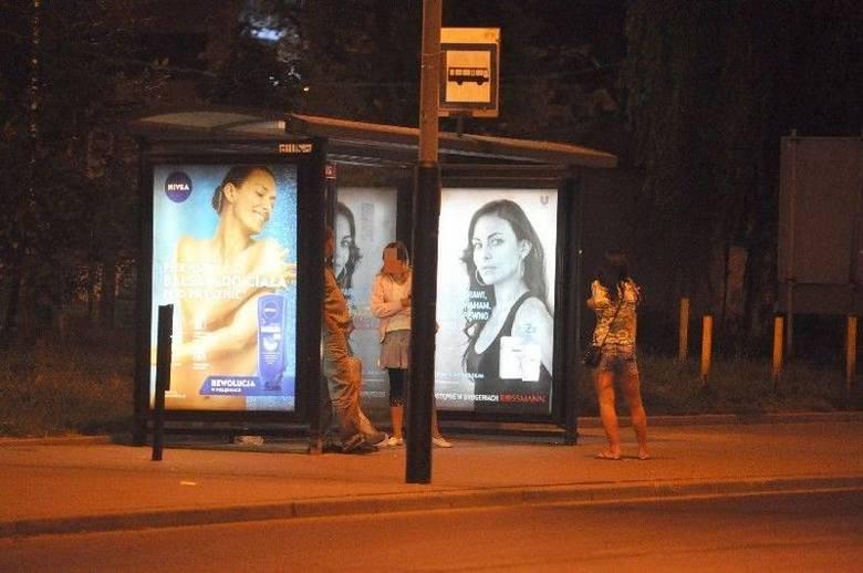 Ulica Sienkiewicza przystanek autobusowy przed ul. Narutowicza Serwisy internetowe podają nie tylko dokładną lokalizację, ale również umożliwia użytkownikom