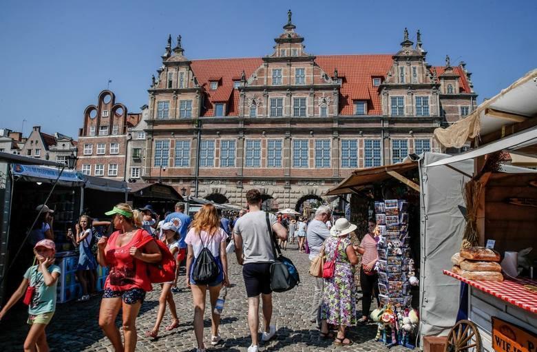 Wakacje w pełni. Na ulicach Gdańska i Sopotu pełno jest turystów. Większość nie ukrywa, że w Trójmieście im się podoba, choć ostatnio aura jest raczej
