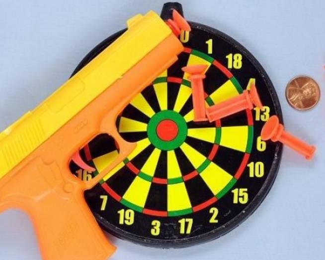 Zestaw do darta z pistoletem i rzutkami z przyssawkami - producent wycofał zabawkę z powodu zagrożenia uduszeniem. Odnotowano dwa zgony po zadławieniu