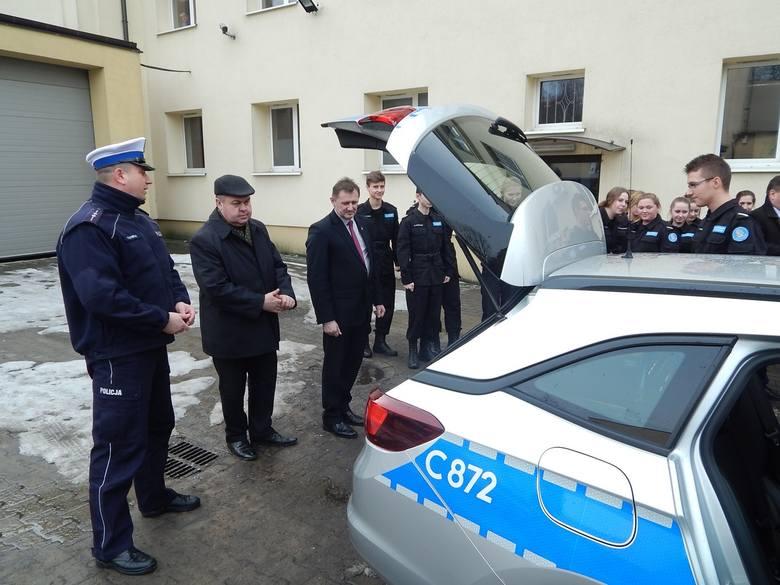 W uroczystości przekazania wozu uczestniczyli komendant powiatowy nadkom Karol Konopacki, burmistrzowie i wójtowie, kapelan ks. Zbigniew Raj. Oznakowany