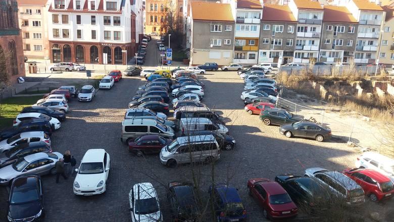 Osiedlowcy biorą się za parkowanie na Podzamczu. Chcą jak najszybszych zmian