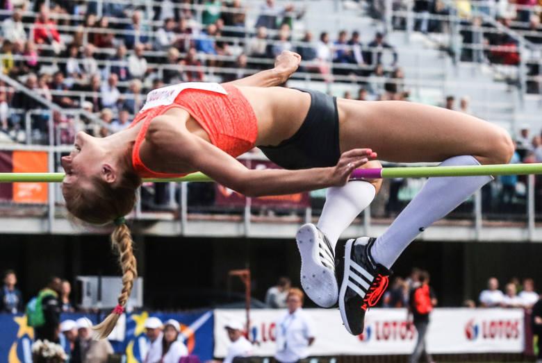 Pierwsze większe sukcesy na szczeblu krajowym w wykonaniu Kamili Lićwinko miały miejsce w 2004 roku. W tym roku w halowych mistrzostwach Polski w kategorii