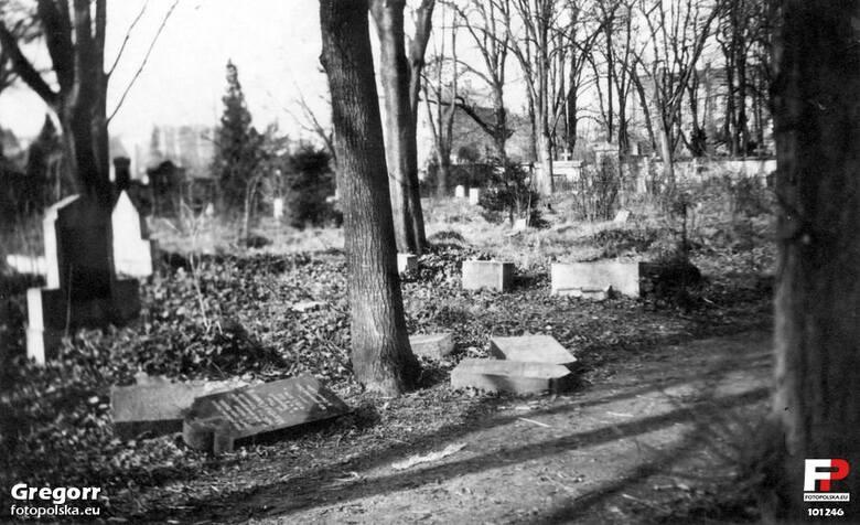 Cmentarz ewangelicki w Strzelinie leżał dawniej poza murami miasta, właśnie w rejonie dzisiejszej ulicy Staszica
