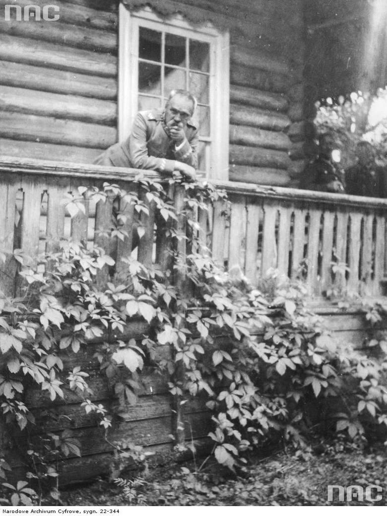 Józef Piłsudski na werandzie domu swojej siostry Zofii Kadenacowej przy ulicy Belmont 44.