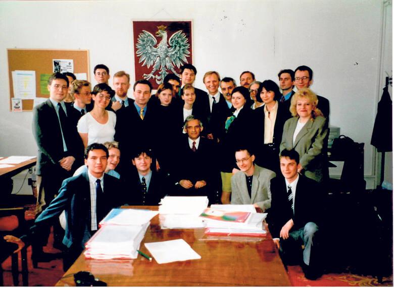 Grono młodych ludzi przygotowujących reformę. W centrum premier Jerzy Buzek.