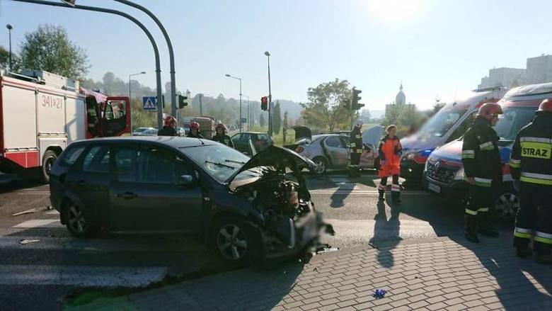 Nowy Sącz. Zderzenie dwóch osobówek na ul. Barskiej. W szpitalu kobieta w ciąży i dziecko [ZDJĘCIA]