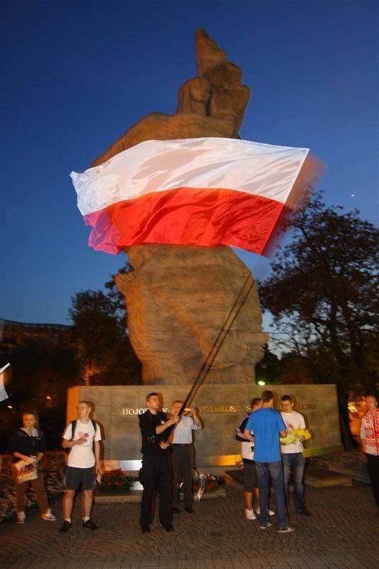 Pochód przeszedł ulicami Piastowską, Zamkową i Krakowską pod pomnik Bojowników o Polskość Śląska Opolskiego.