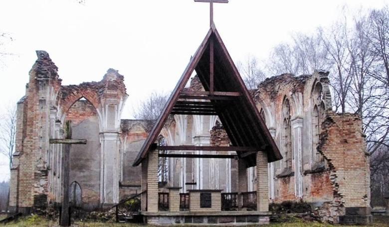 W małej wiosce w niebo wyrastają częściowo zburzone ściany, przez okna bez szyb przelatują ptaki.  Bardziej do tego sennego miejsca pasuje drewniany