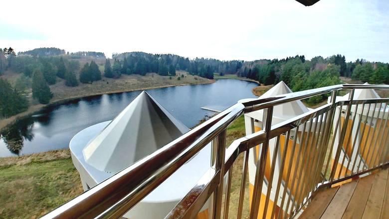 Z wieży rozpościera się widok na jezioro Dobellus Duży oraz na mosty kolejowe.