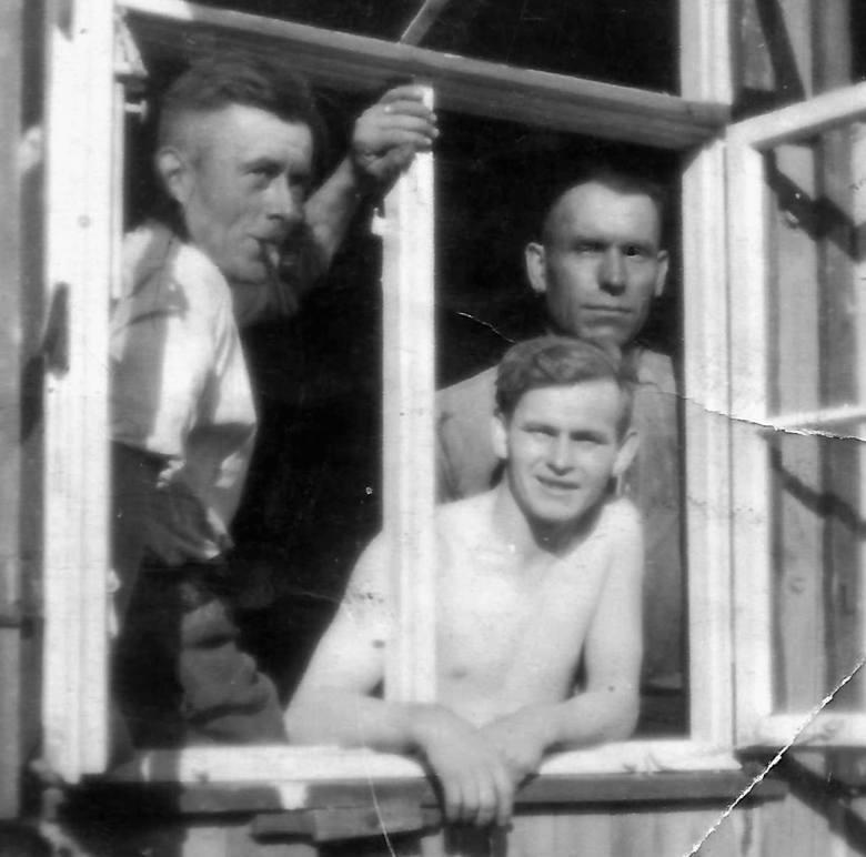 Alojzy Heldt (pierwszy z lewej), pracownik Stoczni Schichaua. Wkrótce zostanie wcielony do Wehrmachtu i skierowany na front zachodni