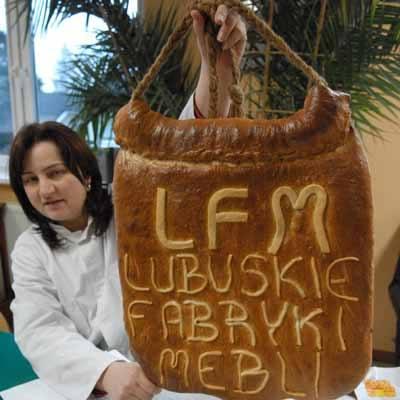 - Właśnie pieczemy na imprezę ogromne bochny chleba, na których wpisujemy nazwy świebodzińskich firm - wyjaśnia Iwona Balcewicz