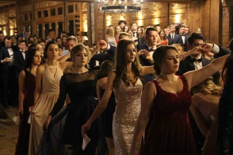Uczniowie i uczennice VIII Liceum Ogólnokształcącego w Białymstoku bawili się w Restauracji Camelot. Zobacz, jak wyglądała ta wyjątkowa impreza.