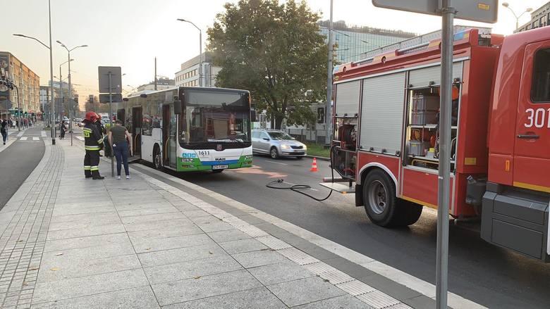 Szczecin. Autobus dał niezłą plamę na przystanku