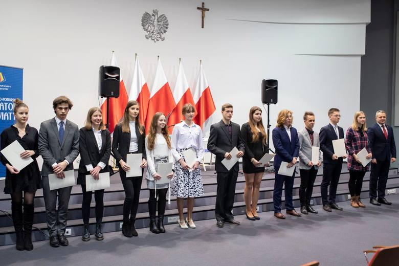 Dziś (2 grudnia) w Kujawsko-Pomorskim Urzędzie Wojewódzkim w Bydgoszczy 213 uczniów z naszego województwa odebrało dyplomy potwierdzające przyznanie