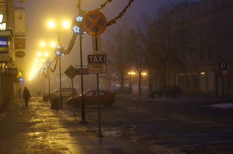 Centrum miasta spowiła mgła (zdjęcia)
