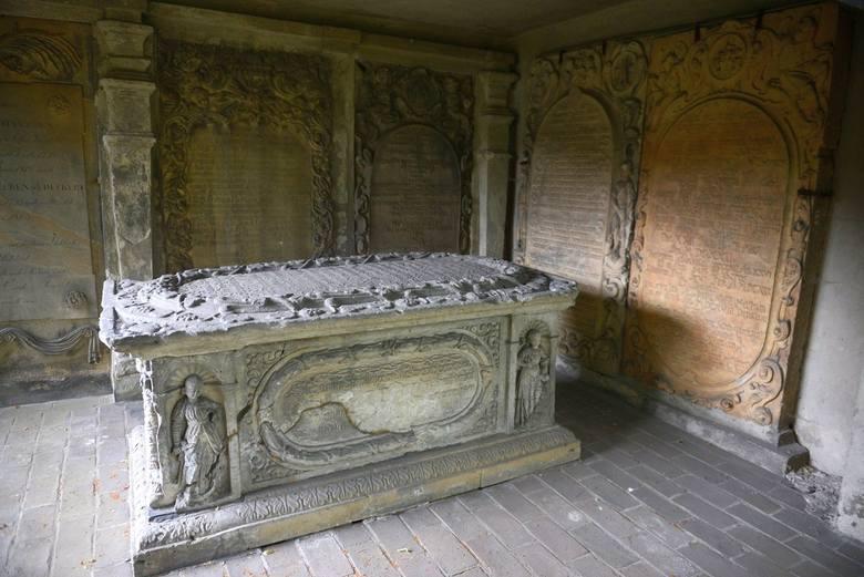 Sarkofagi, tablice epitafijne to prawdziwe dzieła sztuki.