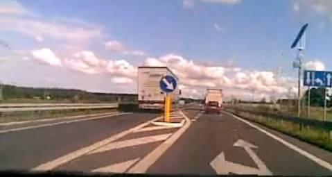 Na filmie internauty widać, jak czescy kierowcy ciężarówek traktują polskie przepisy drogowe.