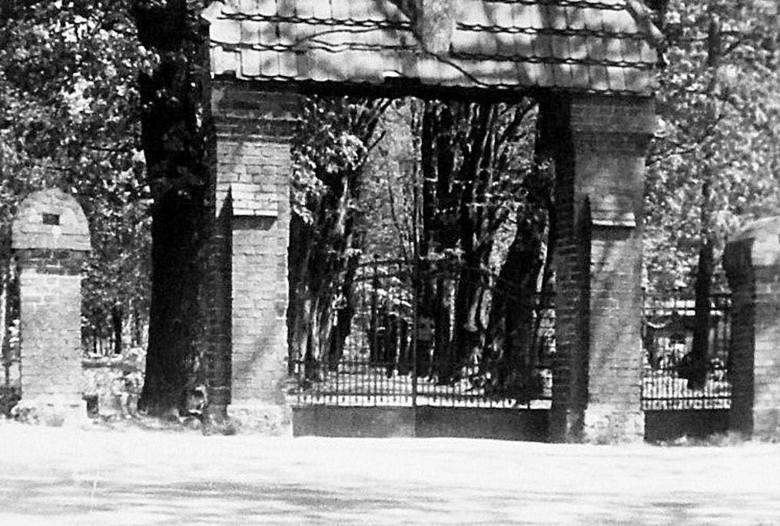 Dawna brama prowadząca na cmentarz komunalny od strony ulicy Szczecińskiej. Została zburzona prawdopodobnie na przełomie lat 60. i 70.