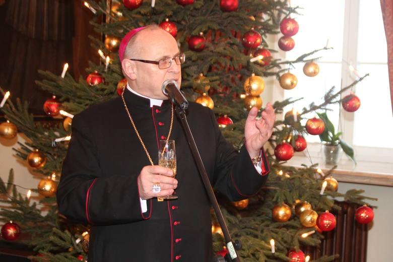 """O biskupie włocławskim Wiesławie Meringu znów zrobiło się głośno! Tym razem za sprawą listu, jaki skierował do przewodniczącego Parlamentu Europejskiego, Marina Schulza i wpadki z użyciem nazwy """"Leslau""""."""