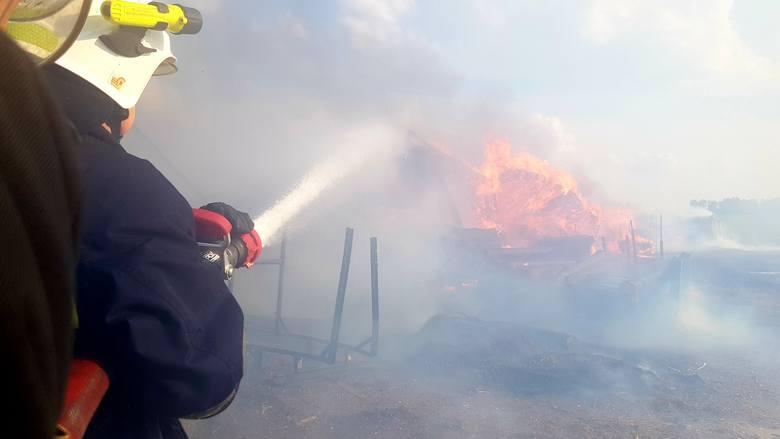 Strażacy z OSP Sztabin rozwinęli dwie linie prądu wody w celu zamknięcia obszaru pożaru oraz jego stłumieniu.