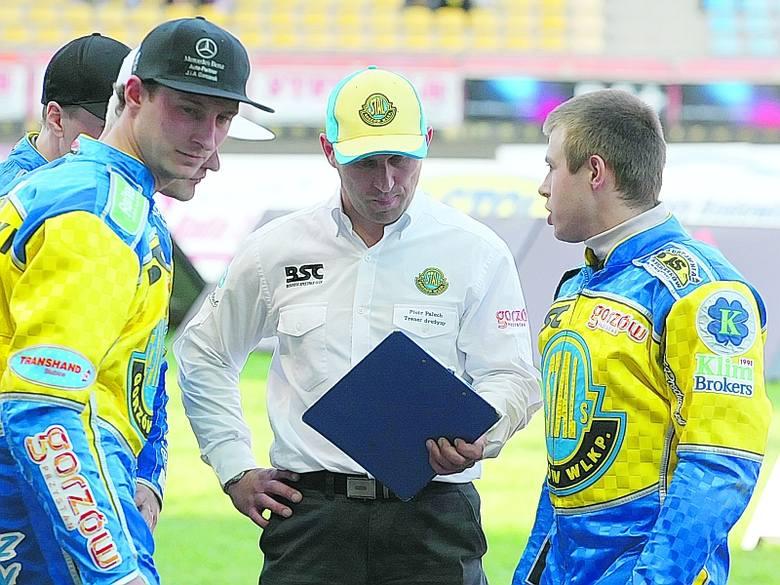 Trener Stali Piotr Paluch (w środku) ma ograniczone pole manewru, jeśli chodzi o ustalenie składu na niedzielny rewanż z Włókniarzem