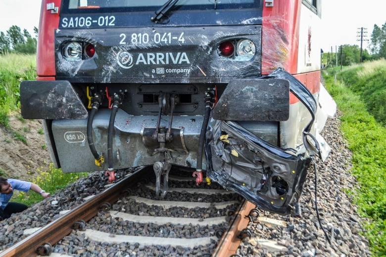Tragiczny wypadek w miejscowości Pniewite. Na niestrzeżonym przejeździe kolejowym samochód wjechał pod szynobus. Na miejscu zginęło dwoje dzieci.