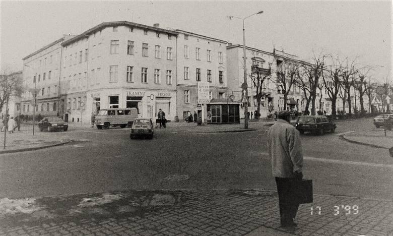 """Marzec 1999 r. , spojrzenie na zabudowę al. Wojska Polskiego, gdzie mieściła się """"Karczma Słupska""""."""