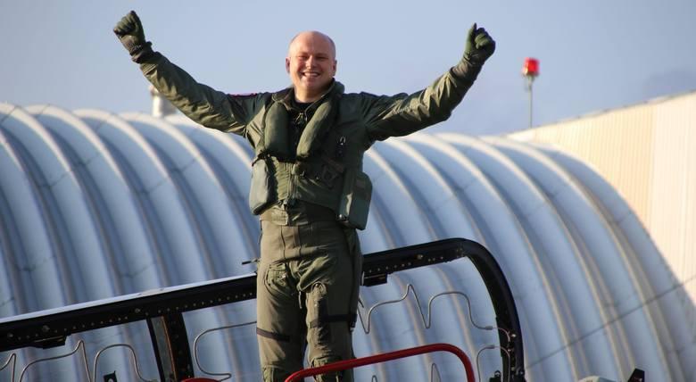 Pułkownik pilot Konrad Madej po zakończeniu swojego ostatniego lotu w Dęblinie. Miał on miejsce 28 lutego.