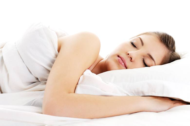 """SYPIAJ NA BOKUPozycja, w której spędzasz noc, ma duży wpływ na zdrowie twojego mózgu. Jak sugerują badania, których wyniki omówiono na łamach """"Journal"""