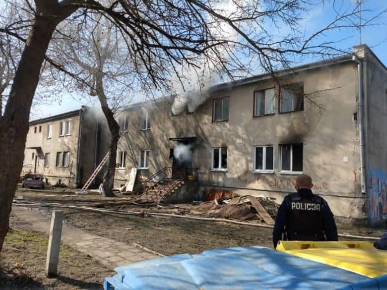 Pali się komunalny blok przy Wrońskiej w Lublinie. Wśród poszkodowanych jest dziecko. Zobacz