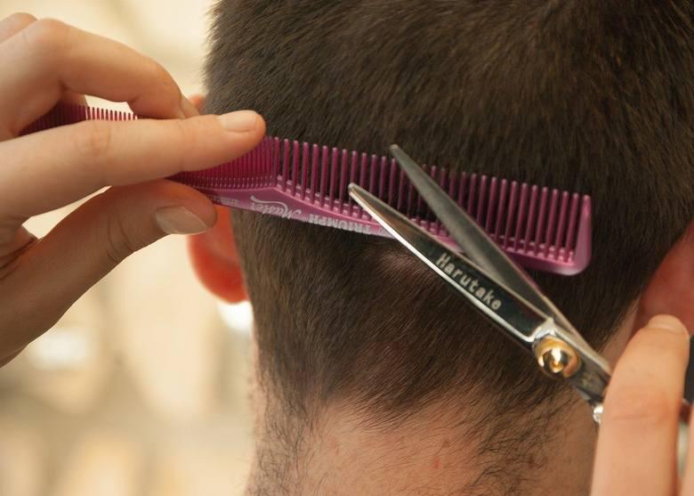 Zajrzeliśmy do Google i sprawdziliśmy, których fryzjerów polecają użytkownicy tego serwisu. Pod uwagę wzięliśmy tylko te zakłady, które mają 50 lub więcej