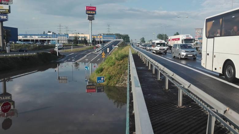 Burza w Katowicach i Sosnowcu. Zalane drogi, samochody i domy. Ponad 400 zgłoszeń straży. Straty są ogromne