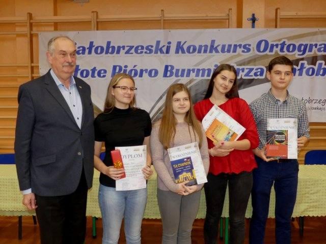 Profesor Andrzej Markowski i tegoroczni zwycięzcy tegorocznego, białobrzeskiego dyktanda.
