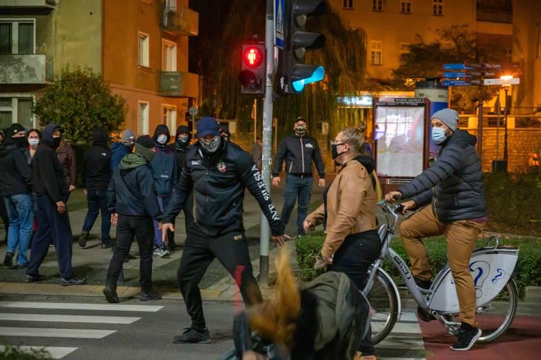 """Ataki narodowców na demonstrację we Wrocławiu. """"Kopali w głowy, pryskali gazem"""""""