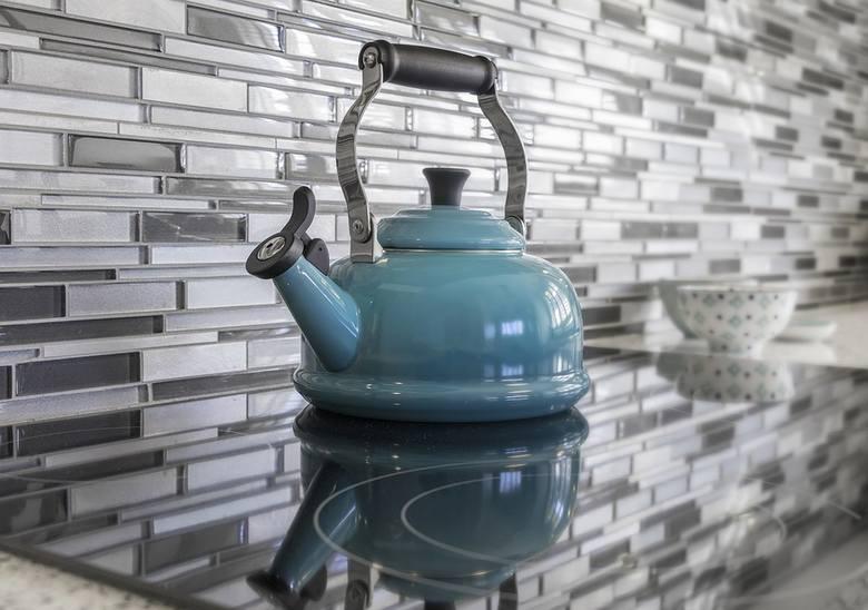 Jak usunąć kamień z czajnika? Czym odkamieniać czajnik? Sposoby na kamień w czajniku elektrycznym i tradycyjnym