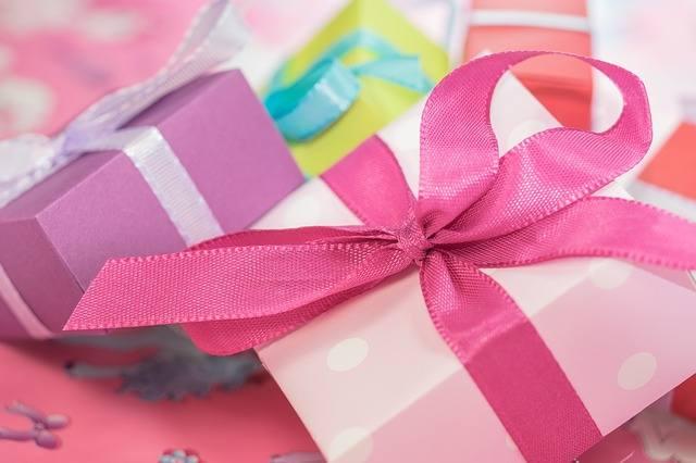 Życzenia urodzinowe możesz złożyć nie tylko wtedy, gdy widzisz się z solenizantem osobiście. Zwłaszcza, gdy nie ma możliwości spotkania, wyślij mu sms
