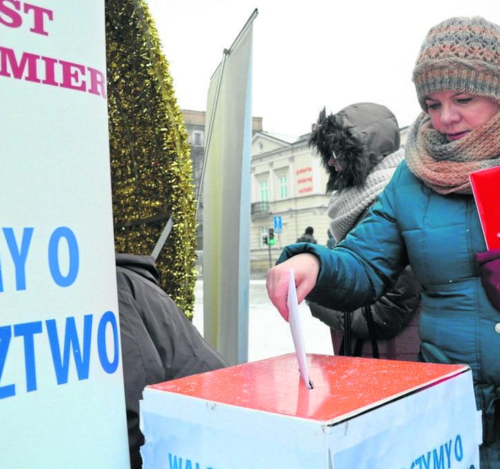 Częstochowianie podpisują listy do premier Beaty Szydło w sprawie województwa, biorą udział w happeningach