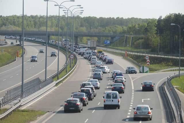 Duże natężenie ruchu powoduje korki na A1. Kierowcy omijają je przez Toruń