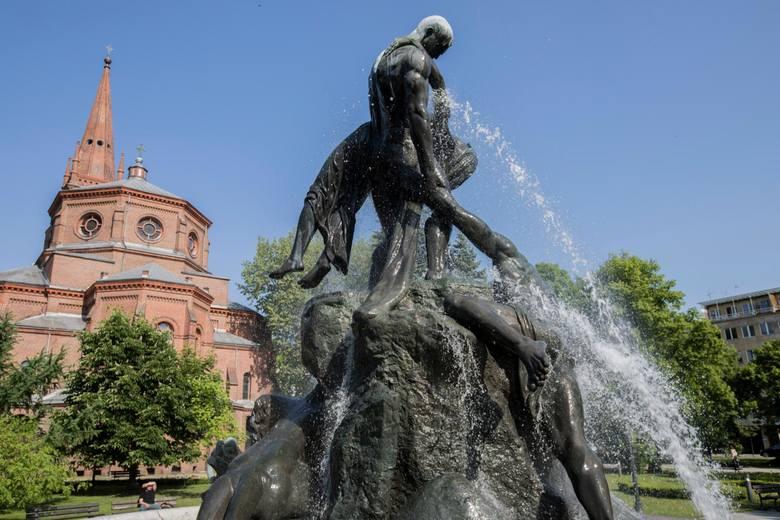 - Wybrałam się niedawno na spacer do parku Kazimierza Wielkiego. Zauważyłam, że na rzeźbach fontanny Potop jest brzydki biały nalot - mówi pani Maria,