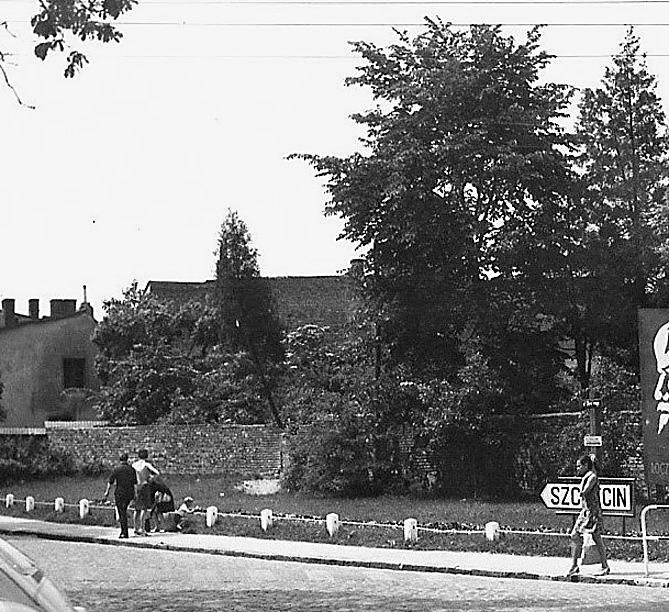 Swoją nekropolię miała także ludność żydowska. Zajmowała przestrzeń ograniczoną dziś ulicami Bolesława Chrobrego, Dziwnowską, Adama Mickiewicza oraz Tadeusza Rejtana