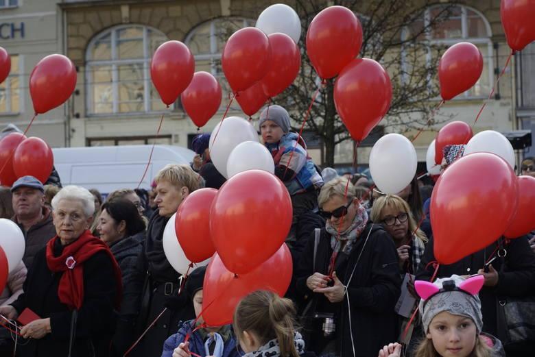 Poznaniacy świętują 100. rocznicę odzyskania niepodległości przez Polskę na placu Wolności. Zobacz zdjęcia w galerii ------>